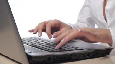 Zakenvrouw typen op laptop — Stockvideo