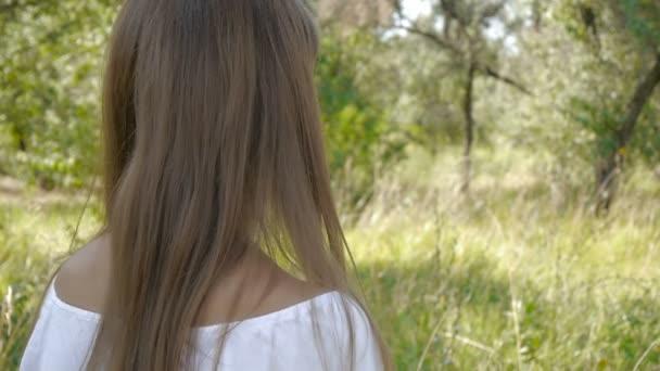 Niñas con cabello largo coqueteo — Vídeo de stock