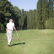 Senior man playing golf — Stock fotografie