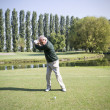 Senior man playing golf — Stockfoto