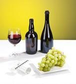 Natura morta con uva, vino bianco, bottiglia, vetro e cavatappi — Foto Stock
