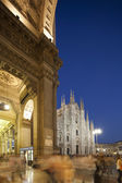 Nigt at Piazza del Duomo in Milan, Italy, with Duomo right and Galleria Vittorio Emanuele II left — Foto Stock