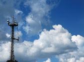 发射机塔反对多云的天空 — 图库照片