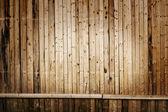 Schmalen vertikalen holzbohlen mit horizontalen linie als hintergrund — Stockfoto