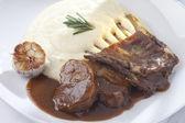 Lambs ribs and potatoe mash with roasted garlic — Stock Photo