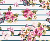 ストライプ状背景にシームレスな花柄と蝶します。 — ストックベクタ