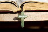 святой библии и крест — Стоковое фото
