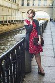 Dívka s kudrnatými červené vlasy čeká na mostě — Stock fotografie