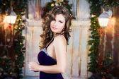 Ritratto di close-up di bella elegante giovane donna in abito da sera splendido su sfondo di natale. — Foto Stock
