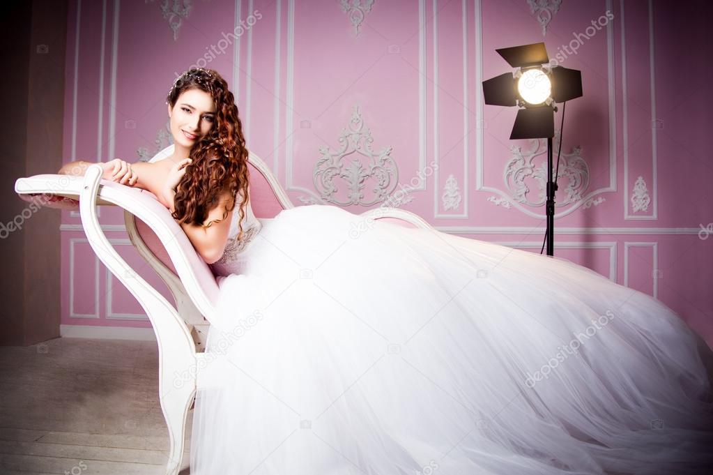 Свадебные платья на диване