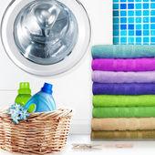 Cesta de lavadero y lavadora — Foto de Stock