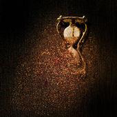 Zardzewiały klepsydra na czarnym tle — Zdjęcie stockowe