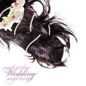 Invitación de boda. pelo largo con la flor miente sobre blanco. — Foto de Stock