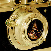 Eiffel tower reflection in old camera lens. — Stockfoto