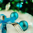 Table setting for christmas with blue ribbon. — Стоковая фотография