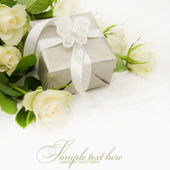 Gift box with white rose bouquet. — Стоковое фото