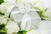 Gift box with white rose bouquet. — Stockfoto