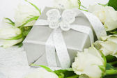 Gift box with white rose bouquet. — 图库照片