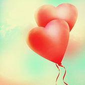 älska hjärtat ballong i vintage blå himmel. — Stockfoto