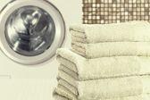 Pile de serviettes et machine à laver — Photo