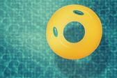желтый бассейн поплавок, кольцо в бассейне. — Стоковое фото