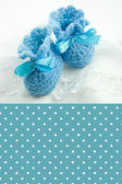 Knitted baby shoes for boy. Greeting card. — Foto Stock
