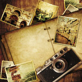 Vintage travel background with old camera. — Foto de Stock
