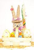 一个篮子和兔子的复活节彩蛋 — 图库照片