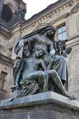 Frau und kinder-statue in dresden — Stockfoto