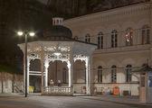 Night Karlovy Vary cityscape with Pramen Svoboda hot spring — Stock Photo