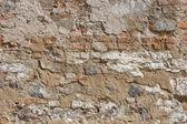 Oude rode bakstenen muur met resterende gips vlekken — Stockfoto