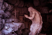 Standbeeld van bidden man. — Stockfoto