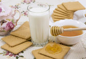 Glass of buttermilk (milk) and cookies — Foto Stock