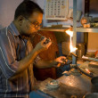 VARANASI, INDIA - MAY 15: Unidentified man working jeweler. — Stock Photo