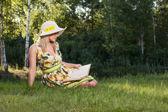Donna che legge un libro nel parco — Foto Stock