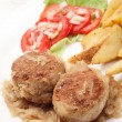 Meatballs with stewed onion and fried potato wedges - Foto Stock
