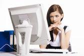 Jovem mulher que trabalha com o computador — Foto Stock
