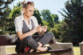 Junge frau sms auf ein handy — Stockfoto