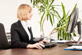 Mulher que trabalha com computador — Foto Stock