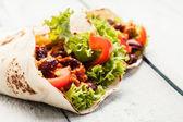 Tortilla mit fleisch und bohnen — Stockfoto