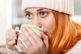 женщины носили зимнюю одежду, пить горячий кофе — Стоковое фото