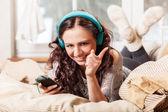 Kobieta z słuchawki, słuchanie muzyki — Zdjęcie stockowe