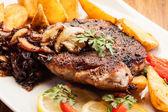 Kızarmış domuz pirzolası mantar ile — Stok fotoğraf