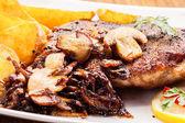 Côtelette de porc frit aux champignons et copeaux — Photo