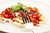 Fettuccine de pâtes avec sauce tomate et basilic — Photo