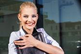 Femme d'affaires avec mallette en milieu urbain — Photo