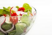 Salade de légumes frais avec concombre et radis — Photo