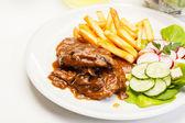 Côtelette de porc avec la sauce, les champignons et les puces — Photo
