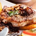 Kızarmış domuz pirzolası mantar ve cips — Stok fotoğraf #47658833