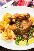 Costillas de cerdo servido con puré de patatas — Foto de Stock